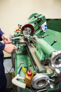 Engineering student using heavy machineryの写真素材 [FYI00004143]