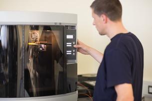 Engineering student using 3d printerの写真素材 [FYI00004144]