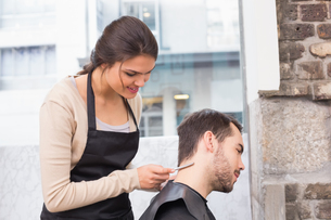 Handsome man getting his hair trimmedの写真素材 [FYI00004146]