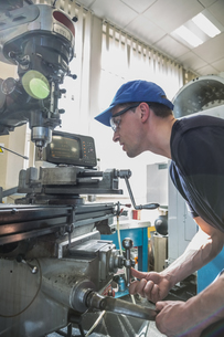 Engineering student using large drillの写真素材 [FYI00004147]