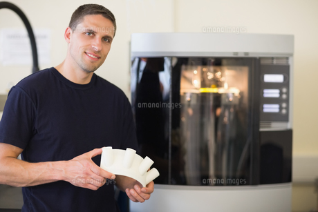 Engineering student holding object printed from 3d printerの写真素材 [FYI00004149]