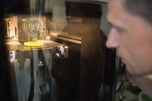 Engineering student using 3d printerの写真素材 [FYI00004150]