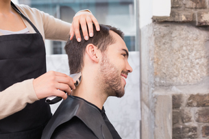 Handsome man getting his hair trimmedの写真素材 [FYI00004151]