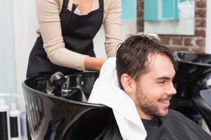 Hair stylist drying mans hairの写真素材 [FYI00004153]
