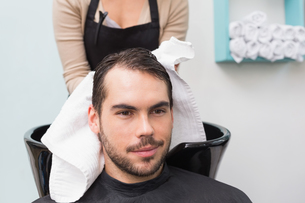 Hair stylist drying mans hairの写真素材 [FYI00004154]