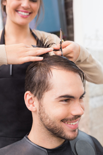Man getting his hair trimmedの写真素材 [FYI00004157]
