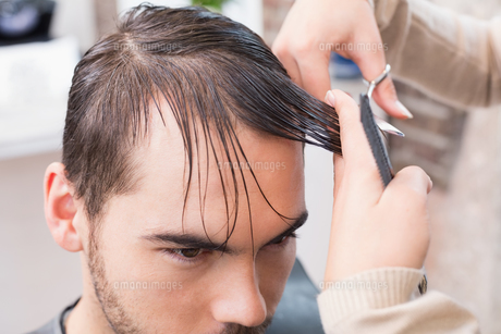 Man getting his hair trimmedの写真素材 [FYI00004158]