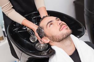 Hair stylist washing mans hairの写真素材 [FYI00004159]