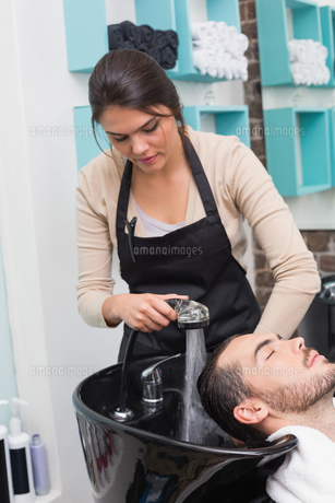 Hair stylist washing mans hairの写真素材 [FYI00004161]