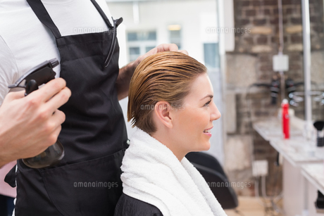 Pretty woman with her hair stylistの写真素材 [FYI00004164]