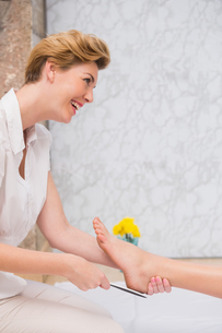 Woman getting a pedicure from beauticianの写真素材 [FYI00004168]