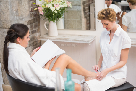 Woman getting a pedicure from beauticianの素材 [FYI00004173]