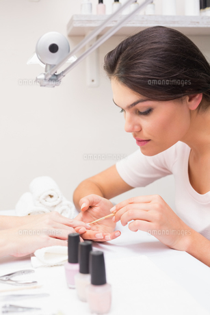 Nail technician giving customer a manicureの写真素材 [FYI00004175]