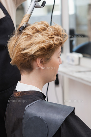 Customer getting her hair styledの写真素材 [FYI00004182]