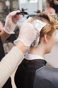 Customer getting her hair colouredの素材 [FYI00004185]