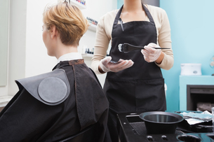 Customer getting her hair colouredの写真素材 [FYI00004187]
