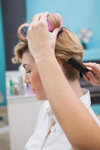 Hairdresser setting curlers in hairの写真素材 [FYI00004191]