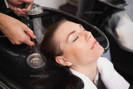 Customer getting their hair washedの写真素材 [FYI00004195]