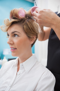 Hairdresser setting curlers in hairの写真素材 [FYI00004196]