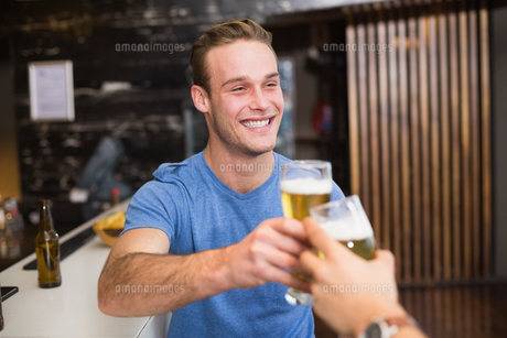 Young man toasting with pint of beerの写真素材 [FYI00004209]