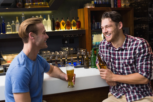 Young men drinking beer togetherの写真素材 [FYI00004210]
