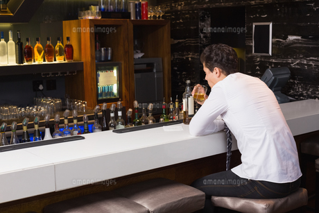 Young man drinking whiskey neatの写真素材 [FYI00004211]