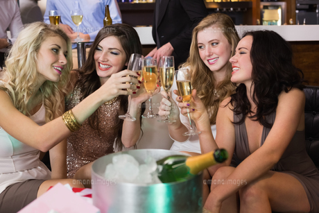 Pretty friends drinking champagne togetherの写真素材 [FYI00004227]