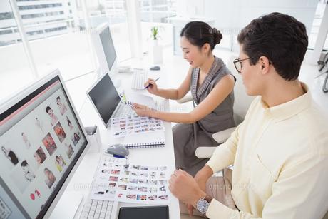 Creative team working at deskの素材 [FYI00004230]