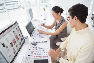 Creative team working at deskの写真素材 [FYI00004230]