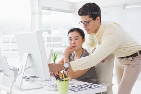 Creative team working at deskの写真素材 [FYI00004235]