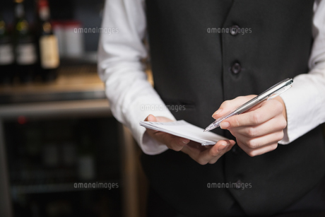 Pretty waitress taking an orderの写真素材 [FYI00004247]