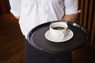 Waiter holding tray with coffee cupの写真素材 [FYI00004248]