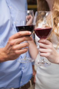 Close up of lovely couple enjoying red wineの写真素材 [FYI00004260]