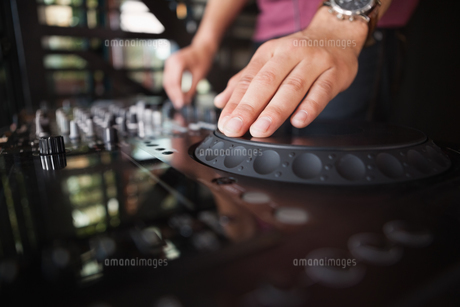 Close up of hands spinning the decksの写真素材 [FYI00004267]