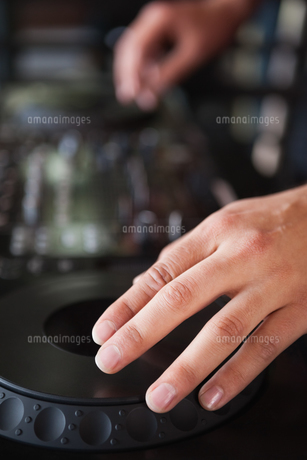 Close up of hands spinning the decksの写真素材 [FYI00004270]
