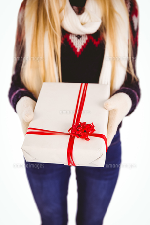 Festive blonde holding a giftの写真素材 [FYI00004271]