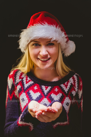 Festive blonde holding her hands outの写真素材 [FYI00004284]