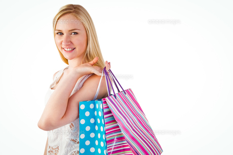 Pretty young blonde holding shopping bagsの写真素材 [FYI00004287]
