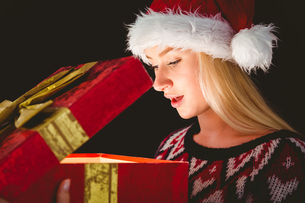 Festive blonde opening a giftの写真素材 [FYI00004288]