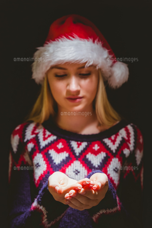 Festive blonde holding her hands outの写真素材 [FYI00004289]