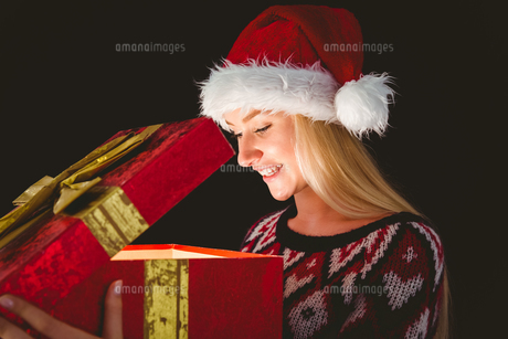 Festive blonde opening a giftの写真素材 [FYI00004295]