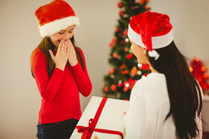 Mother giving her daughter a christmas presentの写真素材 [FYI00004304]