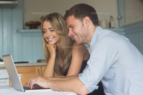 Cute couple using laptop togetherの写真素材 [FYI00004305]