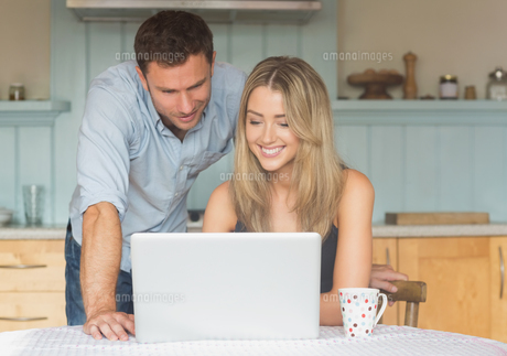 Cute couple using laptop togetherの写真素材 [FYI00004307]