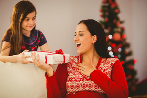 Daughter giving her mother a christmas presentの写真素材 [FYI00004316]