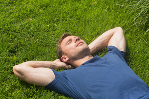 Casual man lying on the grassの写真素材 [FYI00004322]