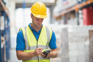 Worker using hand held computerの写真素材 [FYI00004326]