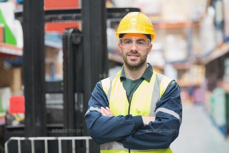 Manual worker wearing hardhat and eyewearの写真素材 [FYI00004335]