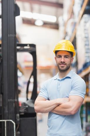 Worker wearing hard hat in warehouseの写真素材 [FYI00004339]