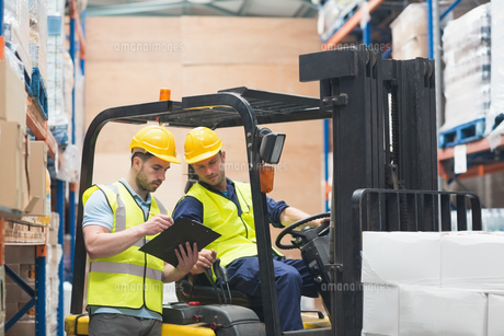Warehouse worker talking with forklift driverの写真素材 [FYI00004343]